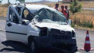 Hafif ticari araç refüje çarpıp takla attı: 7 yaralı
